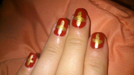 Manicura rojo y dorado