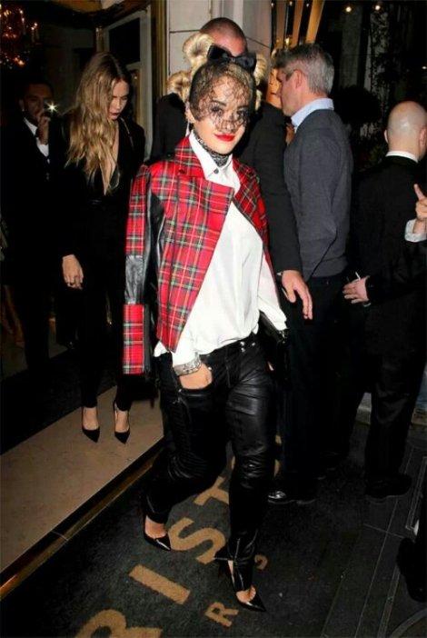 Rita Ora con chaqueta de tartán de Karl Lagerfeld
